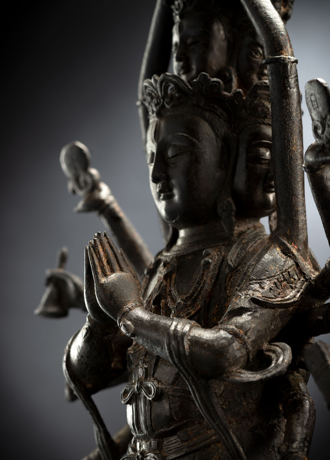 A RARE BRONZE FIGURE OF GUANYIN - Image 3 of 4