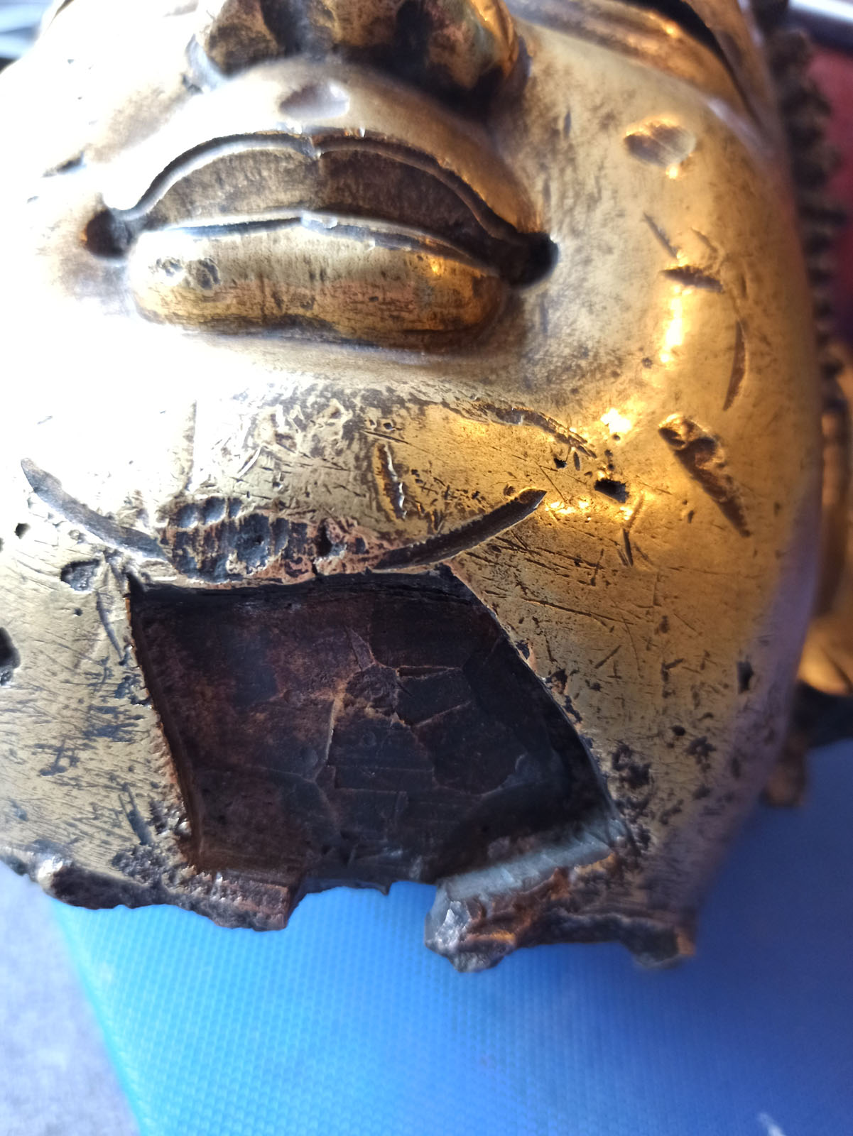 A LARGE GILT-BRONZE HEAD OF BUDDHA ON A WOOD STAND - Image 13 of 13