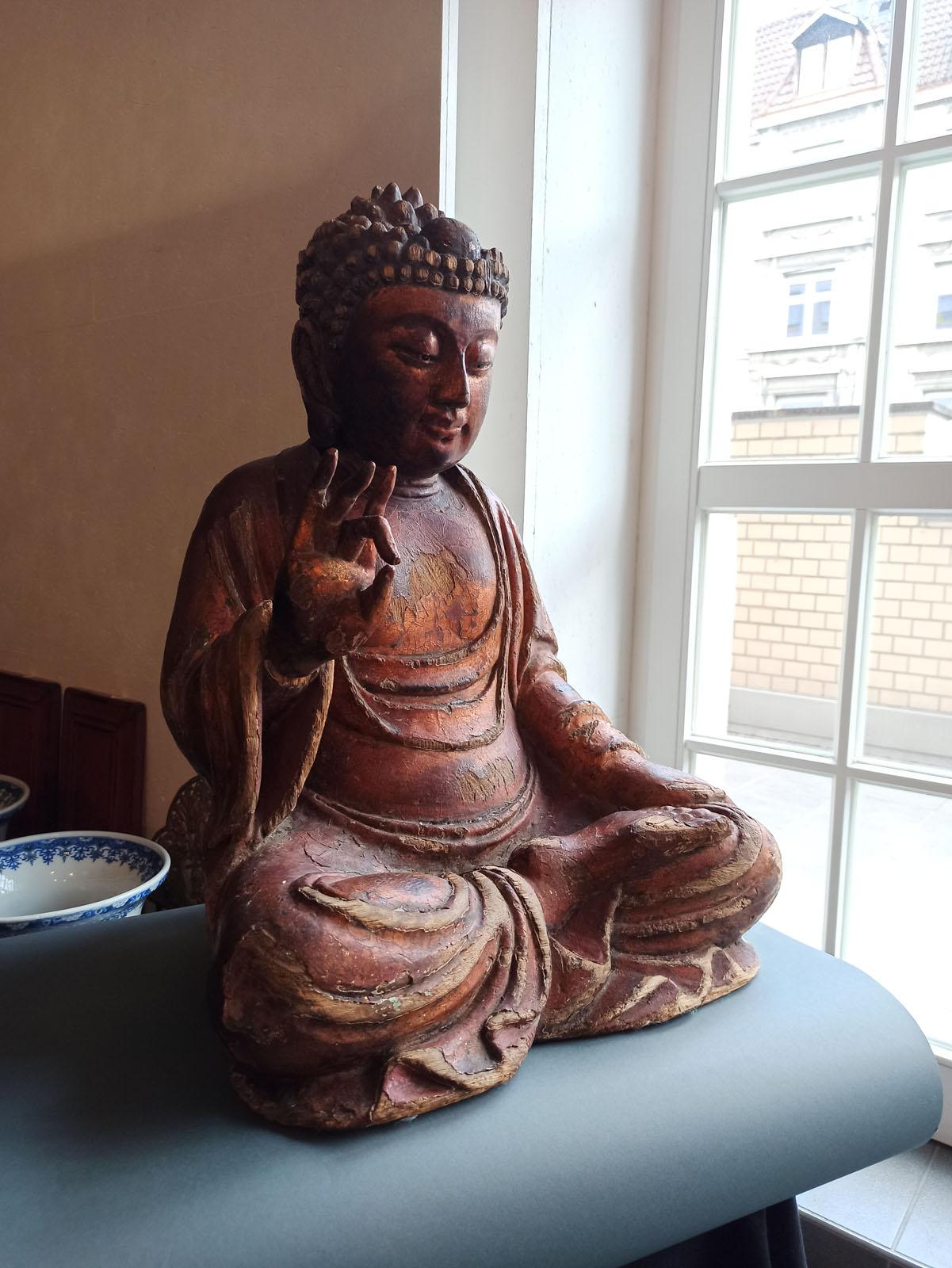 A GILT-LACQUERED CARVED WOOD FIGURE OF SEATED BUDDHA SHAKYAMUNI - Image 7 of 13