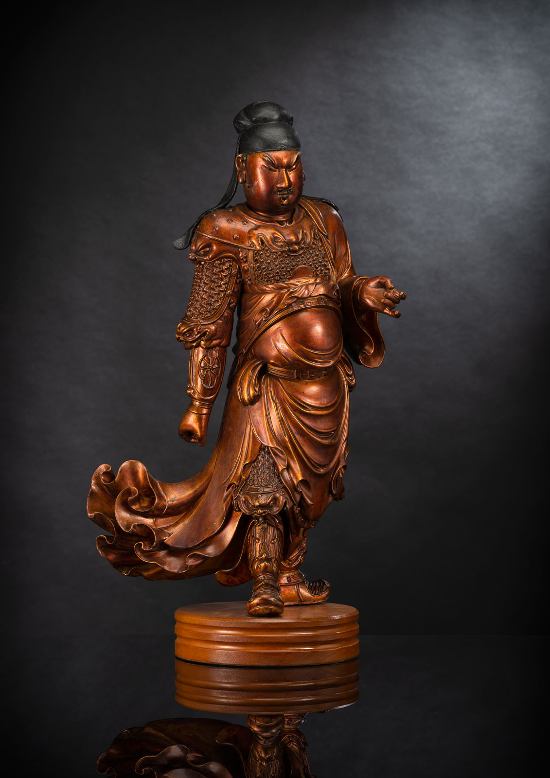 A FINE CARVED GILT-LACQUERED WOOD FIGURE OF A STANDING GUARDIAN