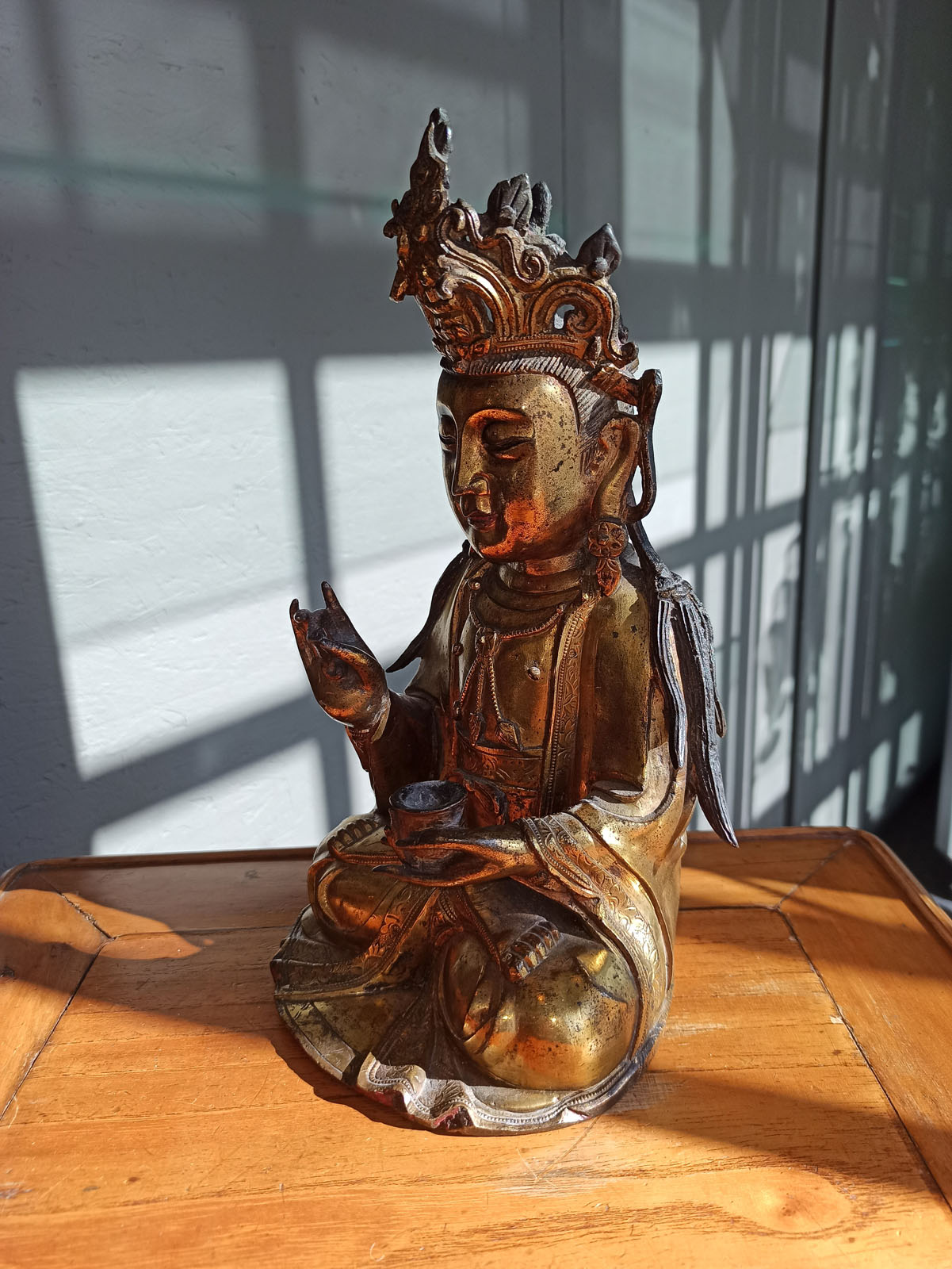 A GILT-BRONZE FIGURE OF SEATED GUANYIN - Image 7 of 10