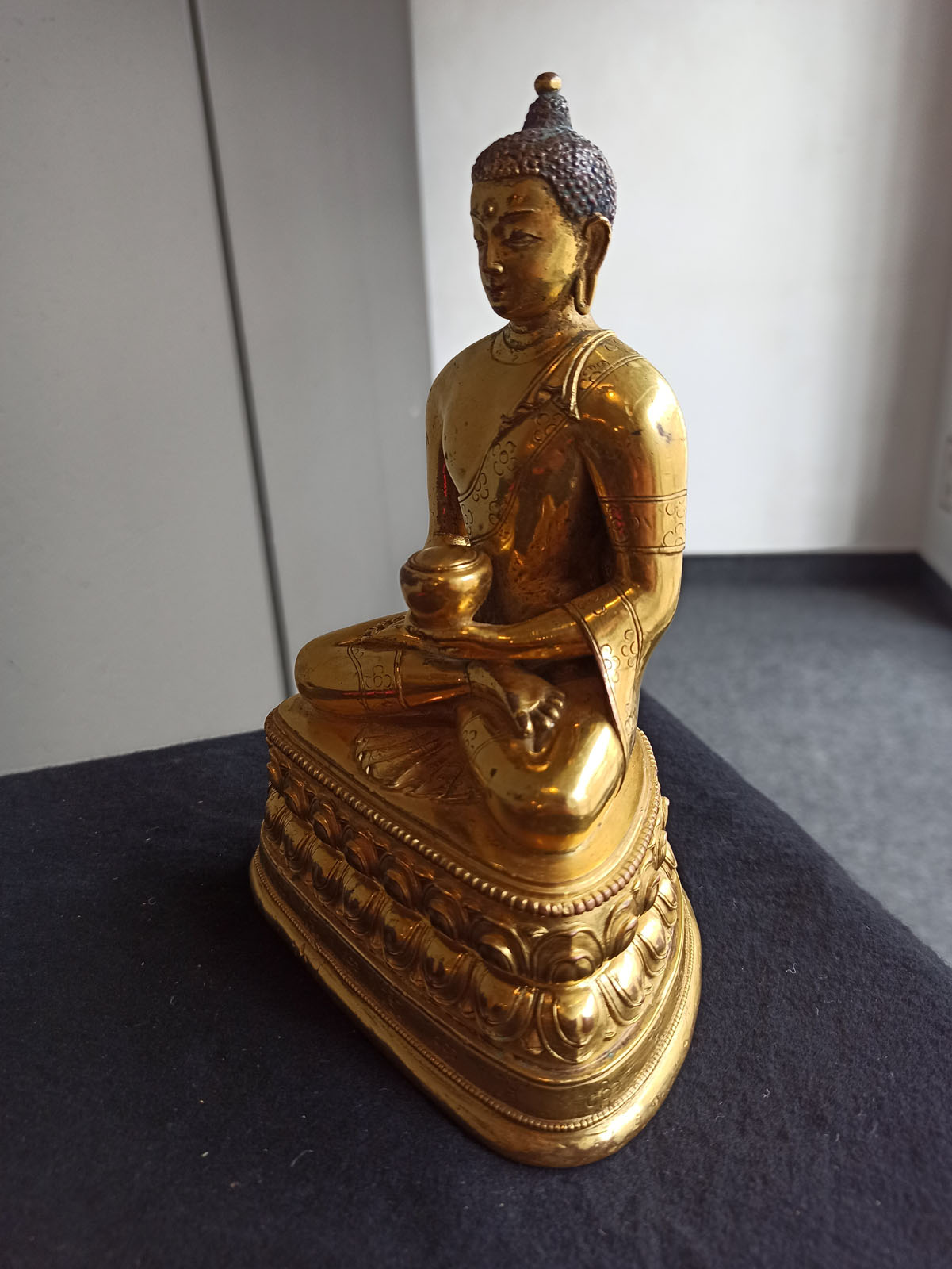 A FINE GILT-BRONZE FIGURE OF BUDDHA SHAKYAMUNI IN ZANABAZAR STYLE - Image 9 of 10
