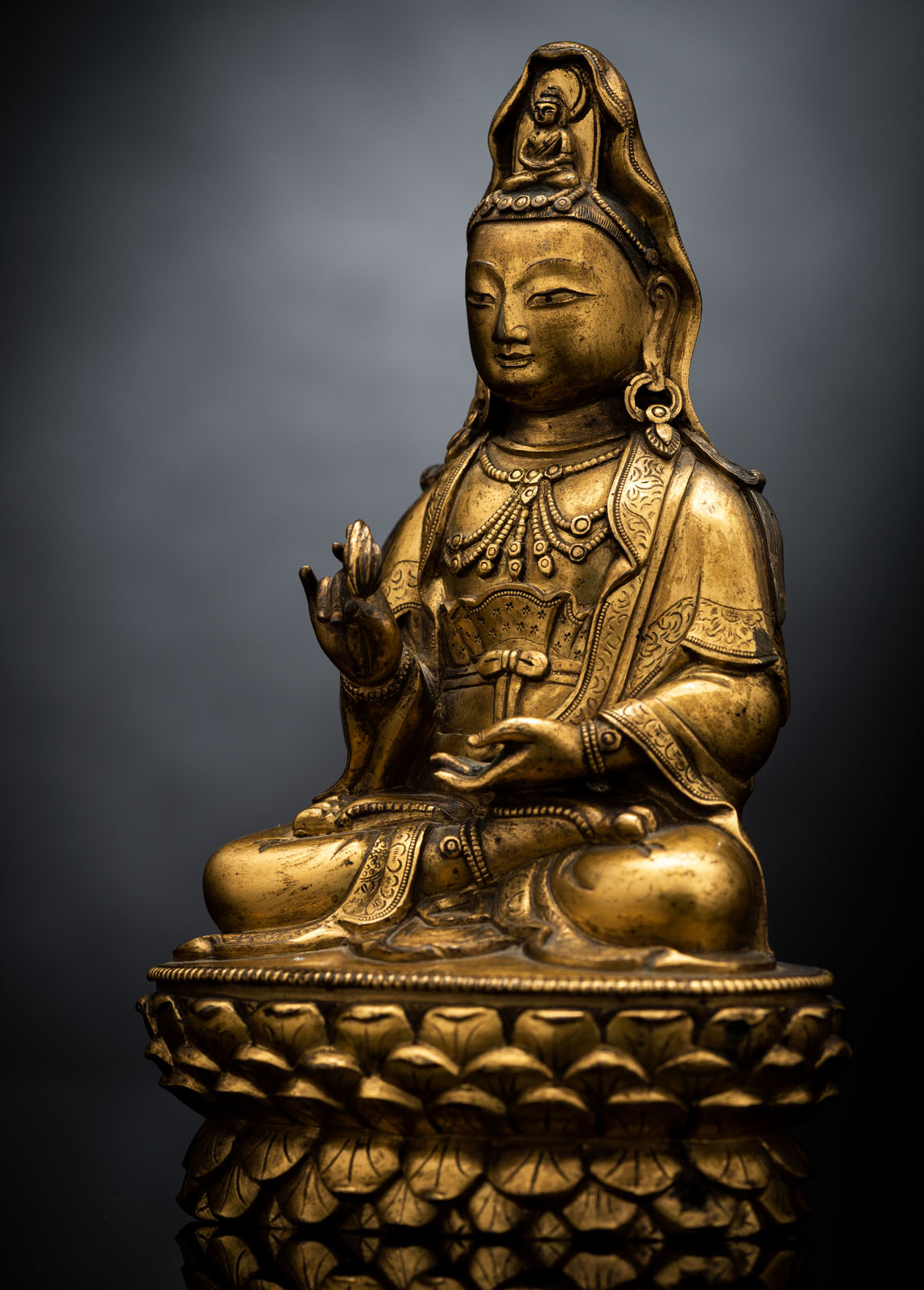 A FINE GILT-BRONZE FIGURE OF GUANYIN ON A LOTOS ABOVE A CARVED HARDWOOD LOTOS STAND - Image 3 of 4