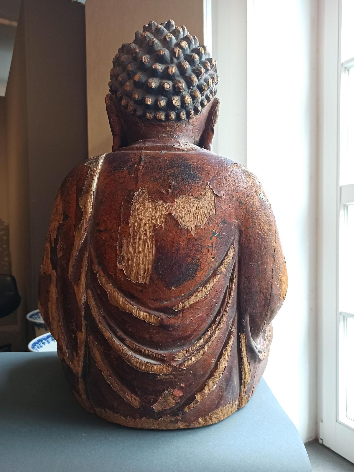 A GILT-LACQUERED CARVED WOOD FIGURE OF SEATED BUDDHA SHAKYAMUNI - Image 12 of 13