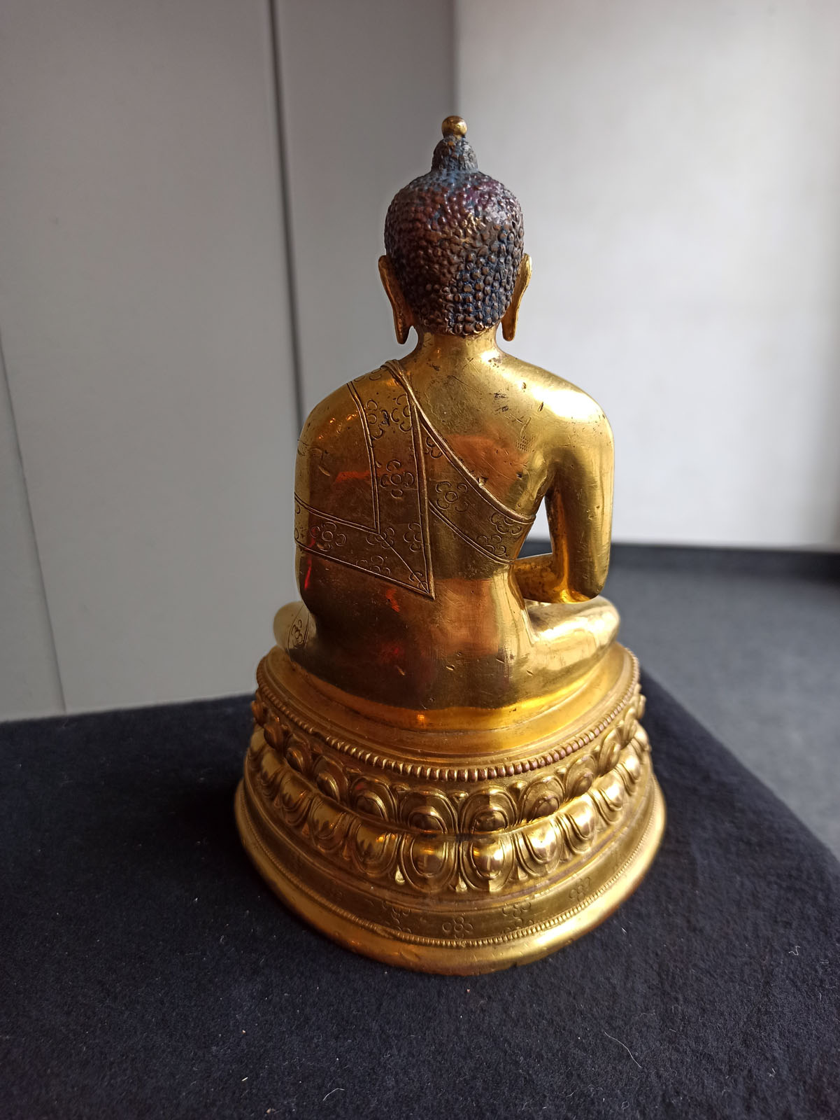 A FINE GILT-BRONZE FIGURE OF BUDDHA SHAKYAMUNI IN ZANABAZAR STYLE - Image 8 of 10