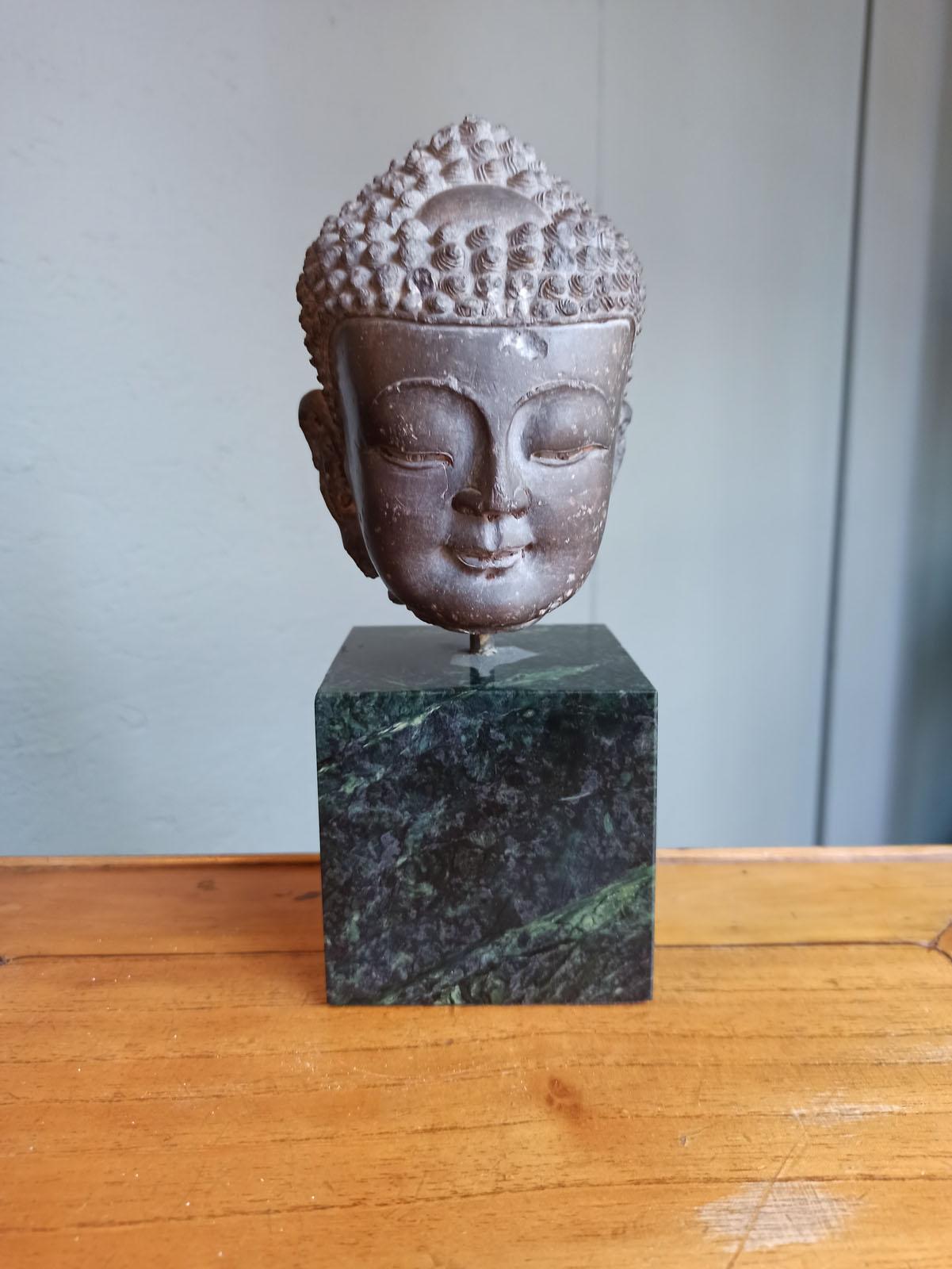 A FINE CARVED GREY-BROWN CARVED STONE HEAD OF BUDDHA SHAKYAMUNI - Image 5 of 10