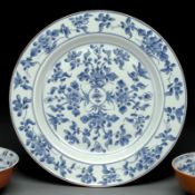 A LARGE BLUE AND WHITE  PORCELAIN PLATE
