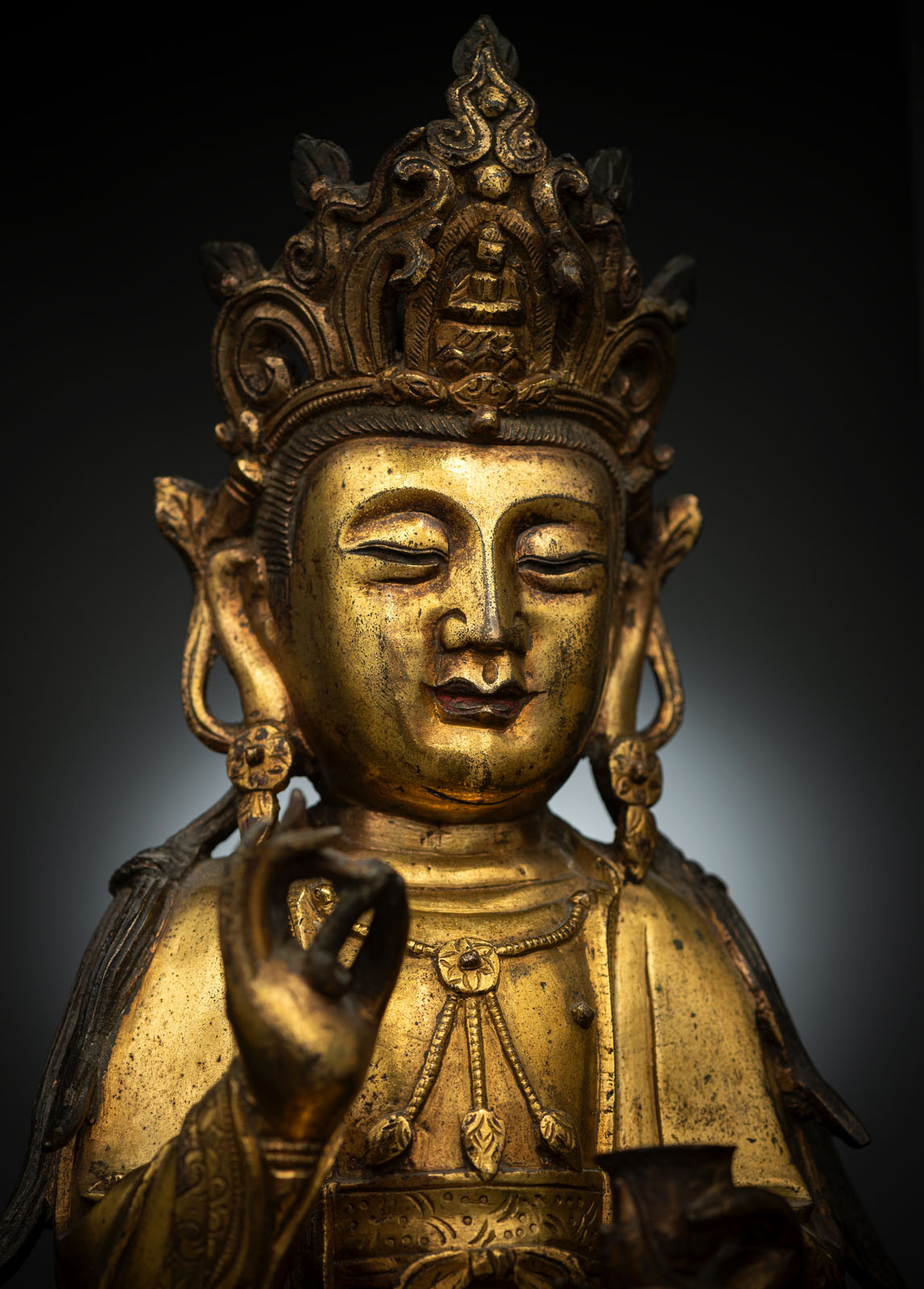 A GILT-BRONZE FIGURE OF SEATED GUANYIN - Image 4 of 10