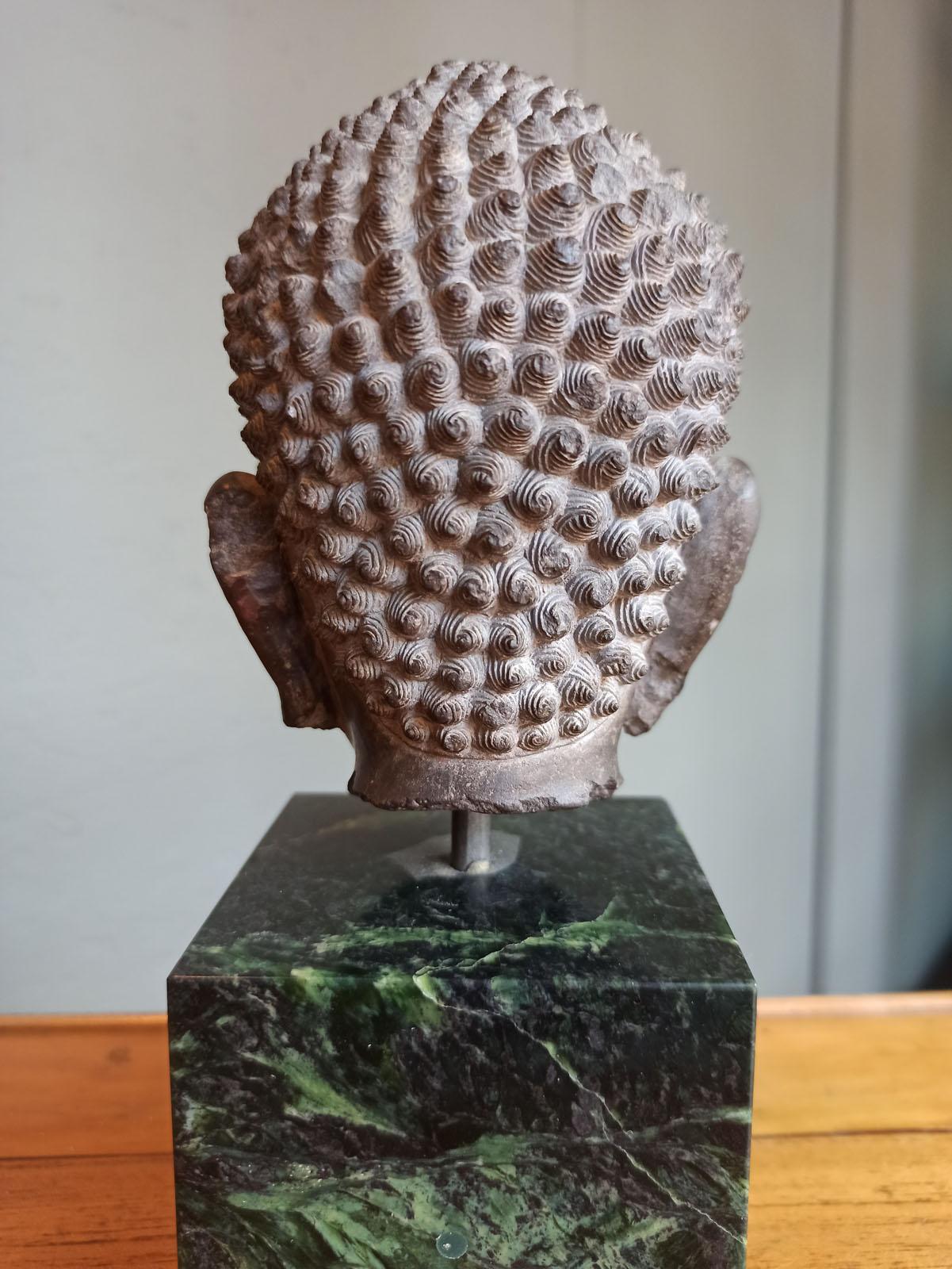 A FINE CARVED GREY-BROWN CARVED STONE HEAD OF BUDDHA SHAKYAMUNI - Image 8 of 10