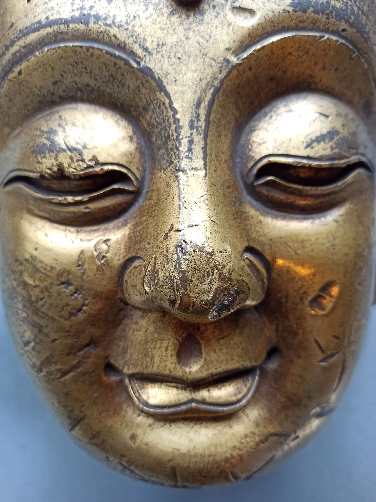 A LARGE GILT-BRONZE HEAD OF BUDDHA ON A WOOD STAND - Image 12 of 13