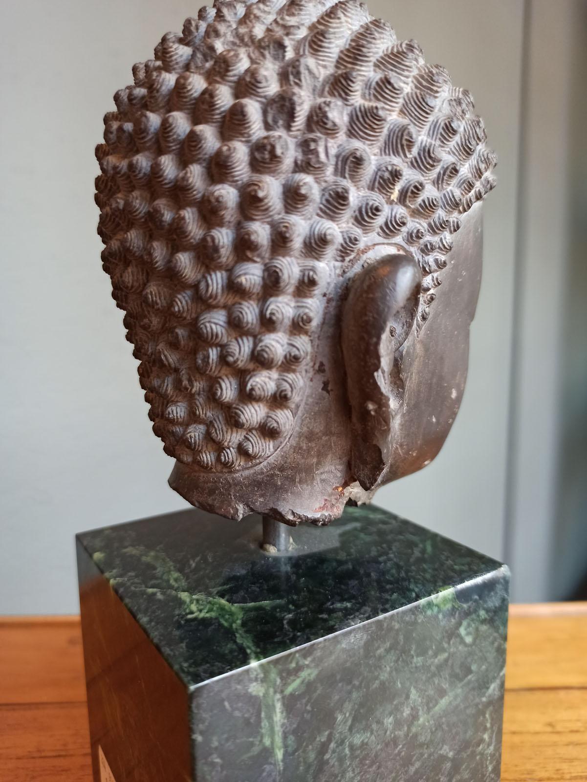 A FINE CARVED GREY-BROWN CARVED STONE HEAD OF BUDDHA SHAKYAMUNI - Image 9 of 10