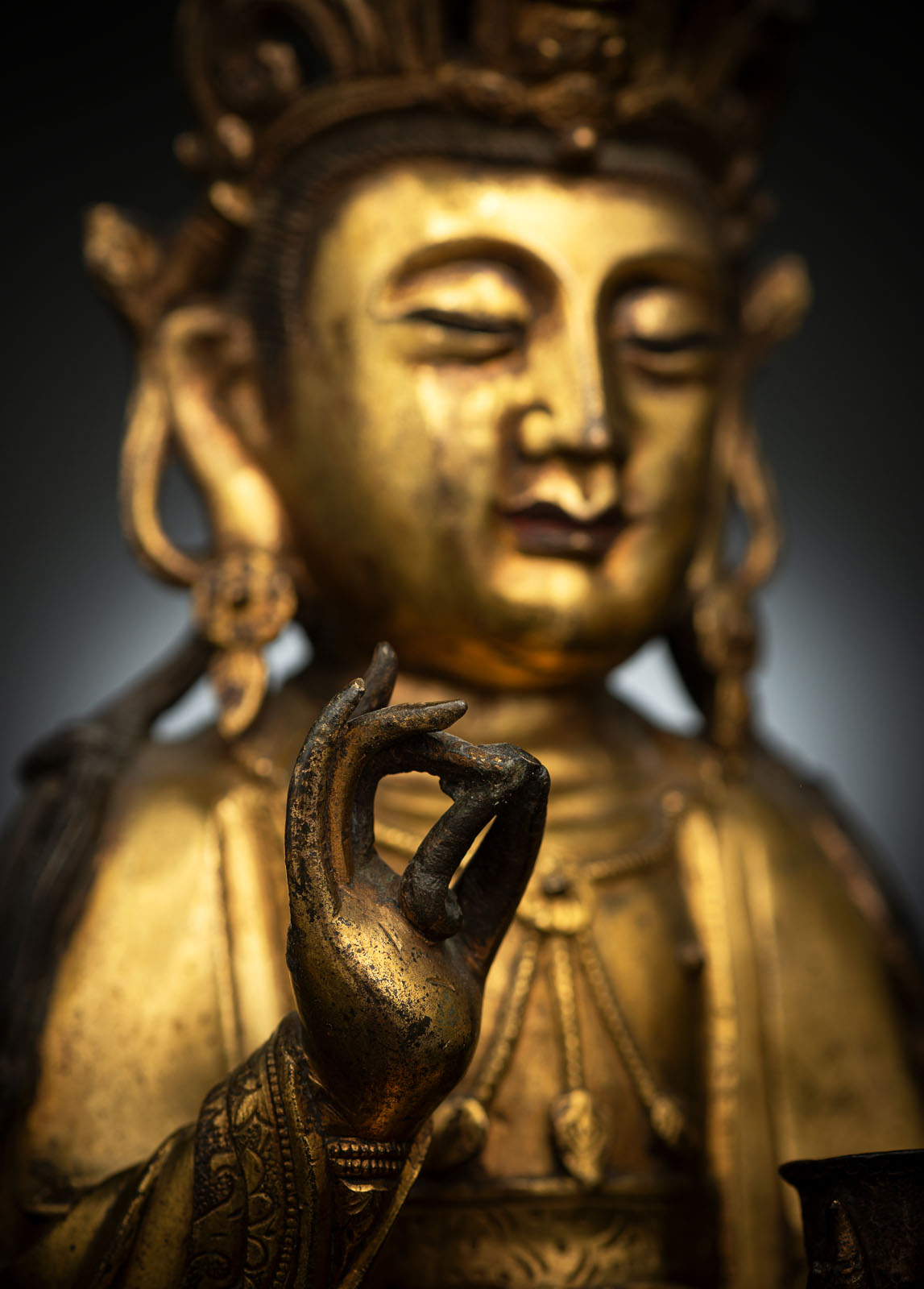 A GILT-BRONZE FIGURE OF SEATED GUANYIN - Image 3 of 10