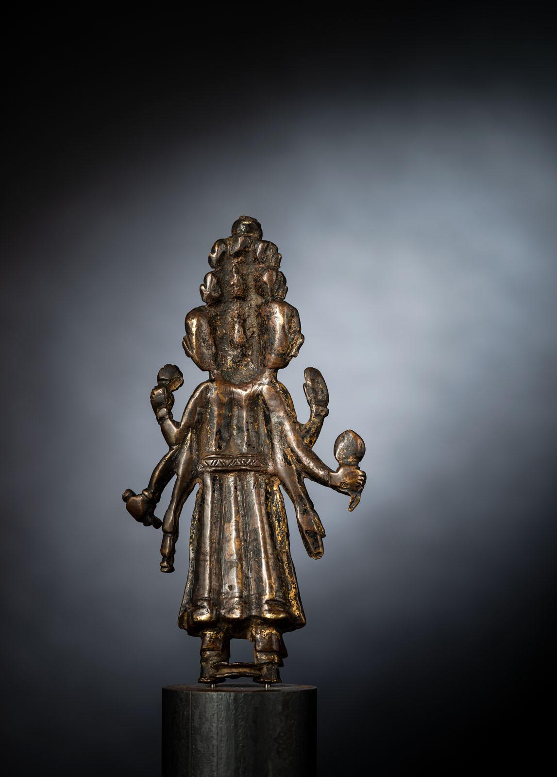 A VERY RARE BRONZE FIGURE OF EKADASHALOKESHVARA - Image 2 of 4