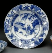 A DEEP BLUE AND WHITE PORCELAIN DISH WITH A SCENE OF THE ROMAN 'YANGJIAJIANG'