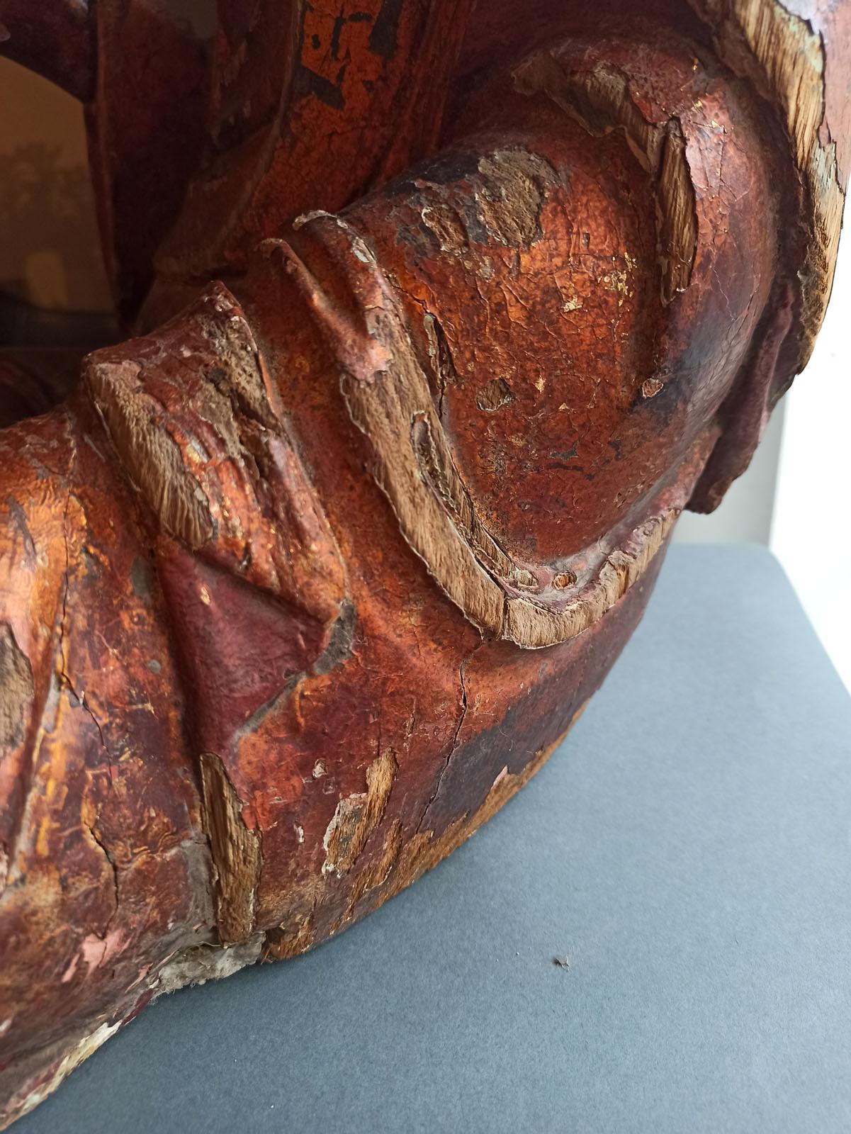 A GILT-LACQUERED CARVED WOOD FIGURE OF SEATED BUDDHA SHAKYAMUNI - Image 9 of 13