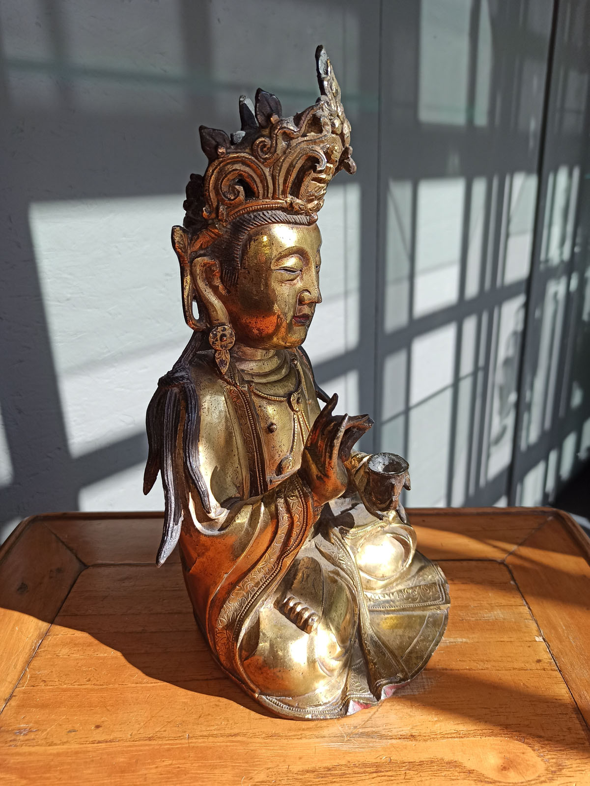 A GILT-BRONZE FIGURE OF SEATED GUANYIN - Image 8 of 10