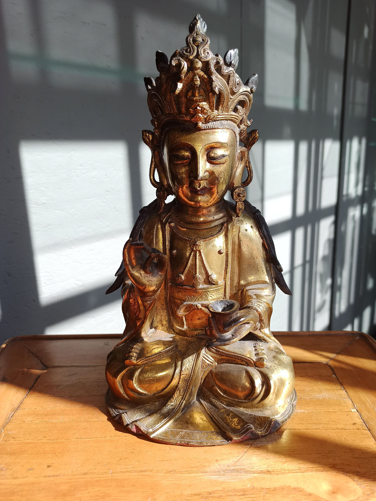 A GILT-BRONZE FIGURE OF SEATED GUANYIN - Image 6 of 10