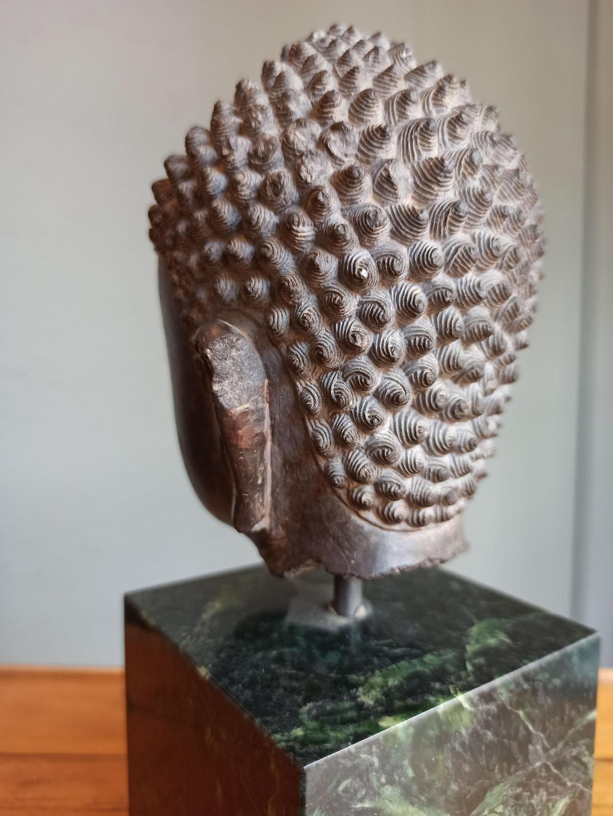 A FINE CARVED GREY-BROWN CARVED STONE HEAD OF BUDDHA SHAKYAMUNI - Image 10 of 10