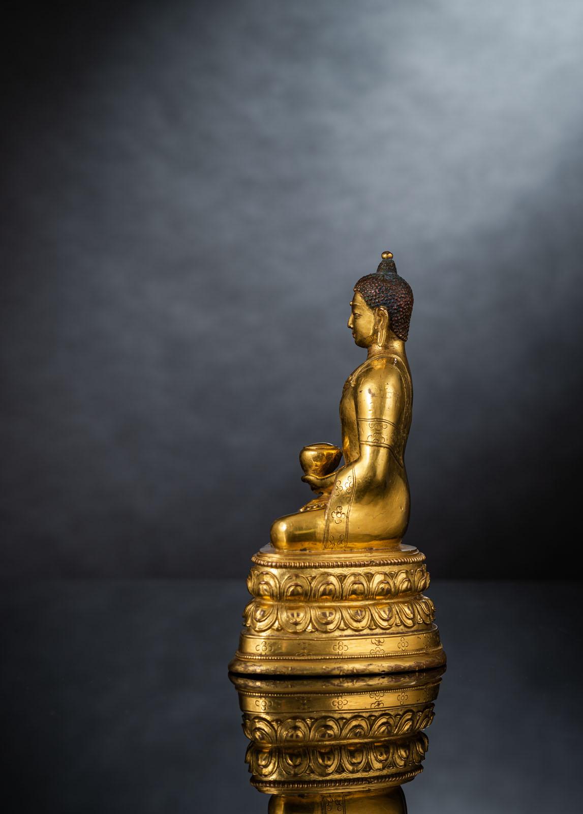 A FINE GILT-BRONZE FIGURE OF BUDDHA SHAKYAMUNI IN ZANABAZAR STYLE - Image 4 of 10