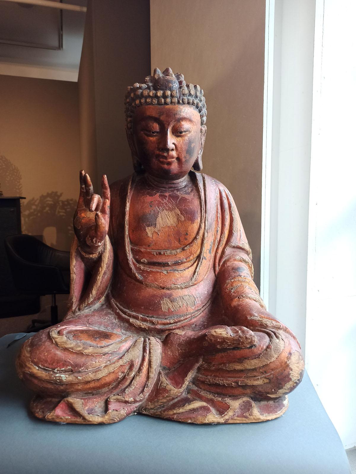 A GILT-LACQUERED CARVED WOOD FIGURE OF SEATED BUDDHA SHAKYAMUNI - Image 6 of 13