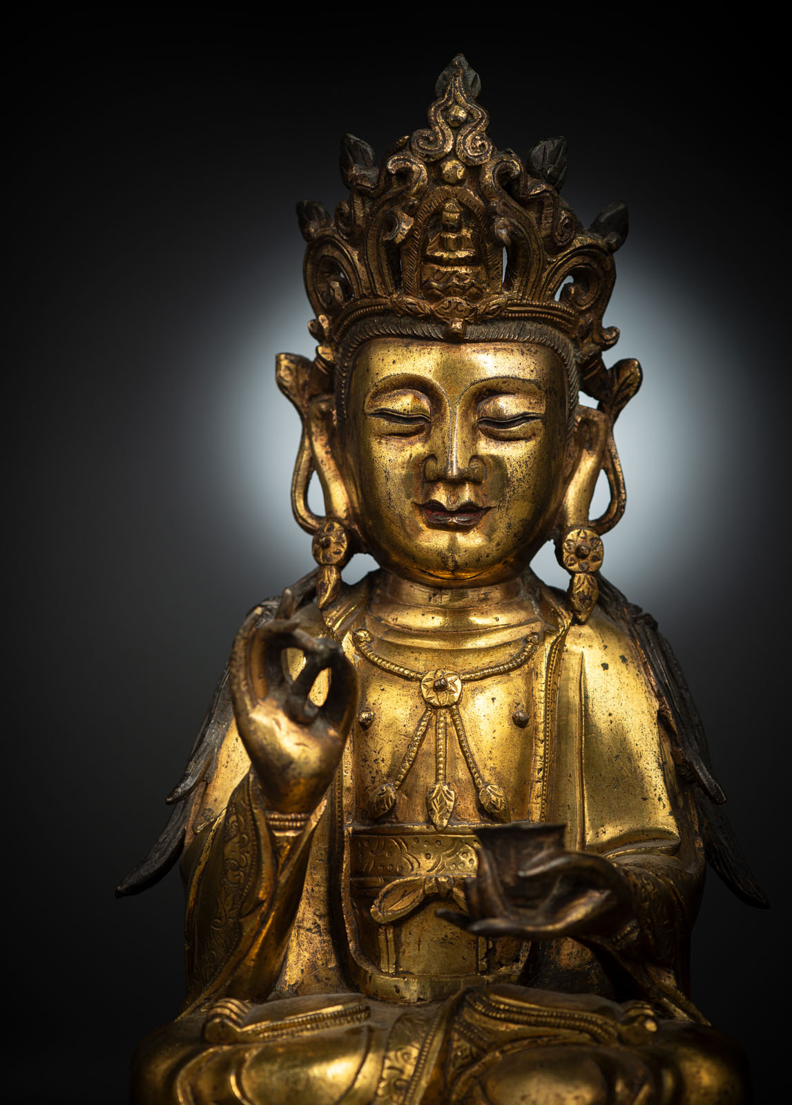 A GILT-BRONZE FIGURE OF SEATED GUANYIN - Image 5 of 10