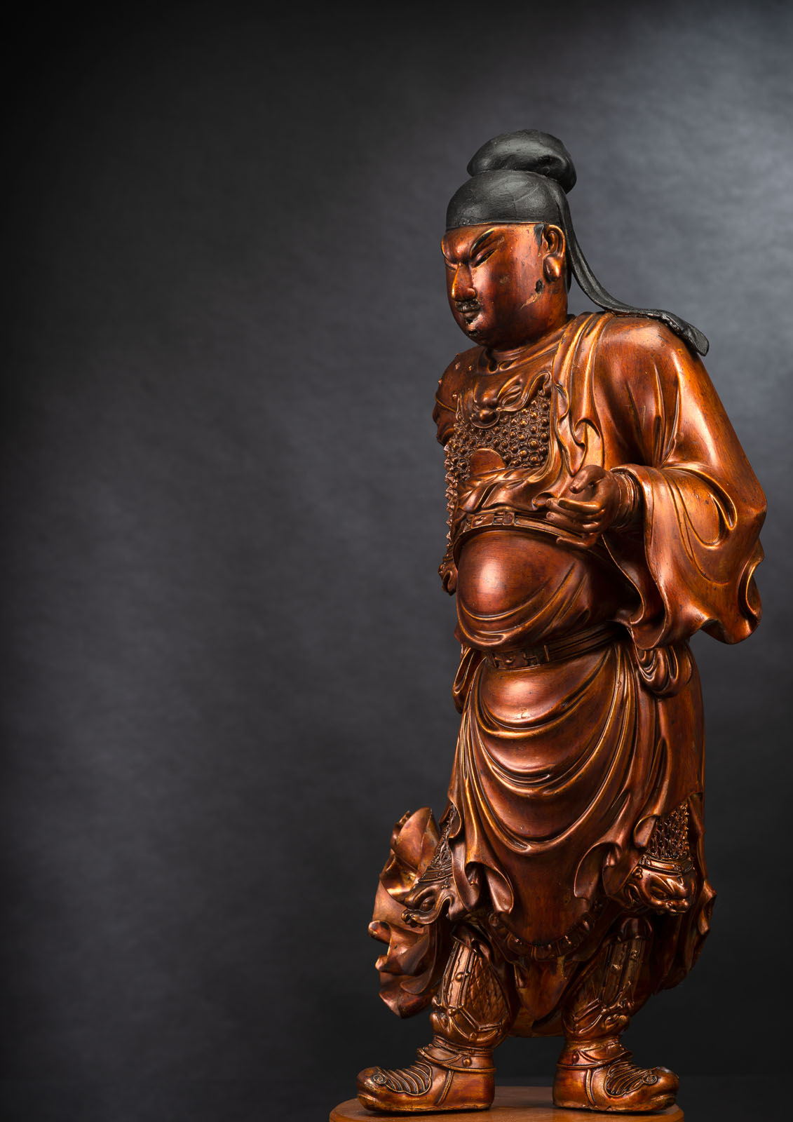 A FINE CARVED GILT-LACQUERED WOOD FIGURE OF A STANDING GUARDIAN - Image 2 of 2
