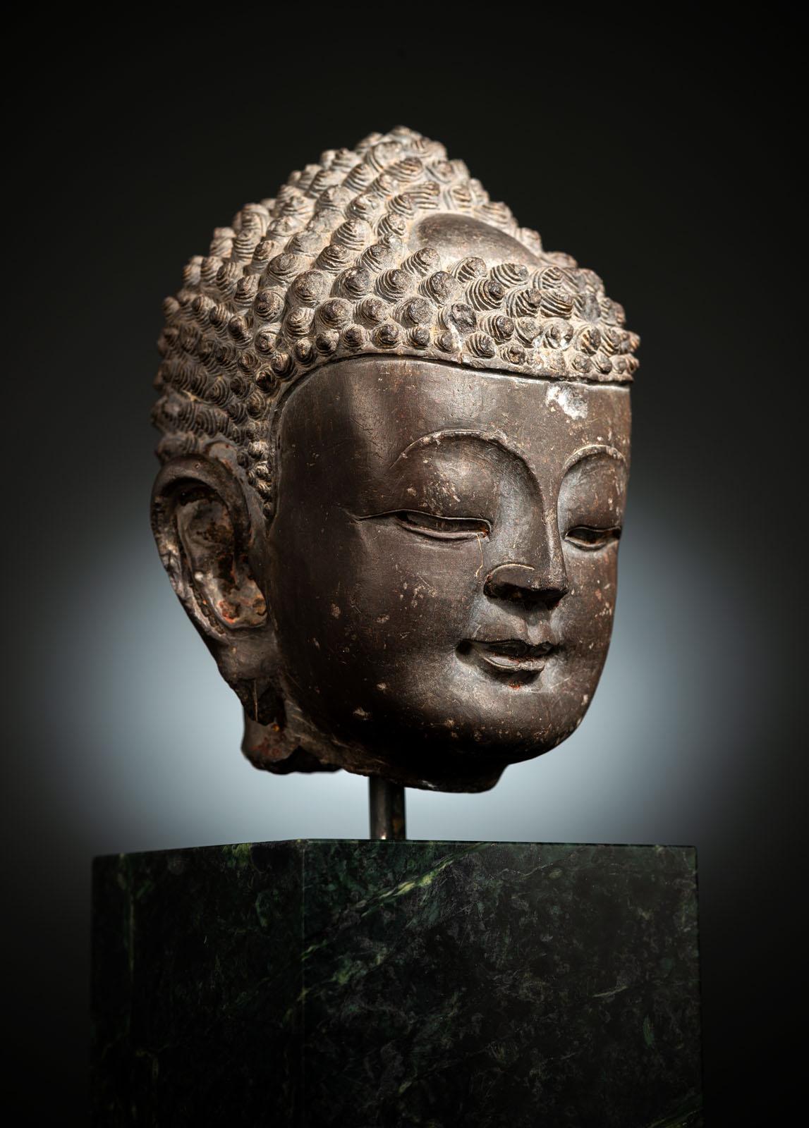 A FINE CARVED GREY-BROWN CARVED STONE HEAD OF BUDDHA SHAKYAMUNI - Image 3 of 10