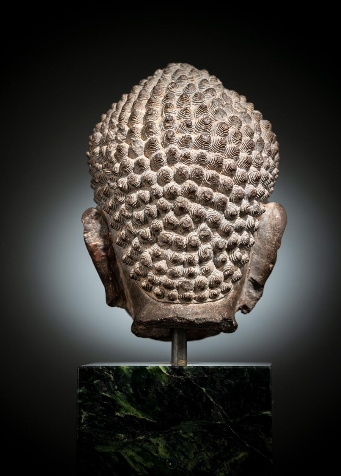 A FINE CARVED GREY-BROWN CARVED STONE HEAD OF BUDDHA SHAKYAMUNI - Image 2 of 10