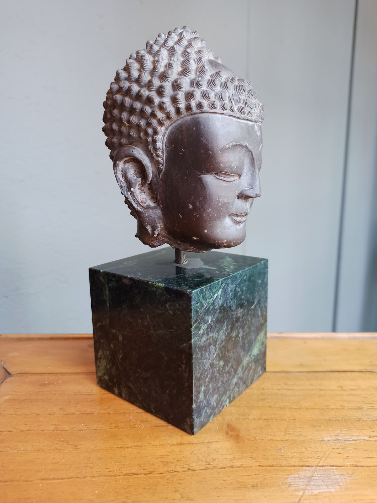 A FINE CARVED GREY-BROWN CARVED STONE HEAD OF BUDDHA SHAKYAMUNI - Image 6 of 10