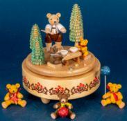 """Spieluhr mit Bären (Schweizer Uhrwerk) im Wald beim Honigessen. Fa. """"Glässer"""" ("""