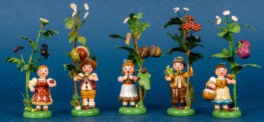 """5 versch. """"Herbstkinder"""" (3 Mädchen, 2 Jungen) mit versch. Früchten an Astzweig"""
