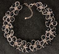 Elegante Halskette mit 12 nebeneinander angeordneten Blüten, versch. farbiges G