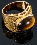 Extravaganter 750er Gelbgold-Unisex-Fingerring mit ovalem Tigerauge-Cabochon be