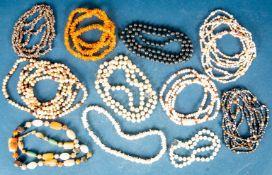 11teiliges Konvolut versch. Halsketten. Versch. Alter, Materialien, Längen & Er