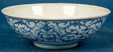 Antike Kumme, glasiertes Porzellan mit bläulichem Päonien-Dekor und Blattwerk,