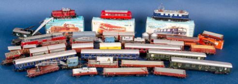 """33teiliges Konvolut """"H0""""-Eisenbahn, bestehend aus 4 Lokomotiven und 29 Waggons,"""