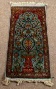 Schmaler Teppichläufer, Kaschmir-Seide, hellblauer Fond mit floraler Motivik, c