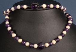 Elegante Halskette aus Perlen & Amethystkugeln mit 835er Silber und Sicherungsv