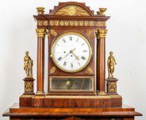 Imposante klassizistische Pendule; außergewöhnlich reich dekoriertes, prunkvoll