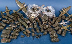 Ca. 90teilige Sammlung militärischer Fahrzeuge und Flugzeuge aus Kunststoff für