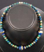 Extravagante Azurit-Halskette, blaugrüne Kugel-Kette mit 750er Gelbgold-Halbkug