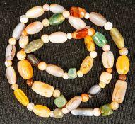 Halskette mit versch. Halbedelsteinen (z.B. Jade, Koralle, Bernstein...), runde