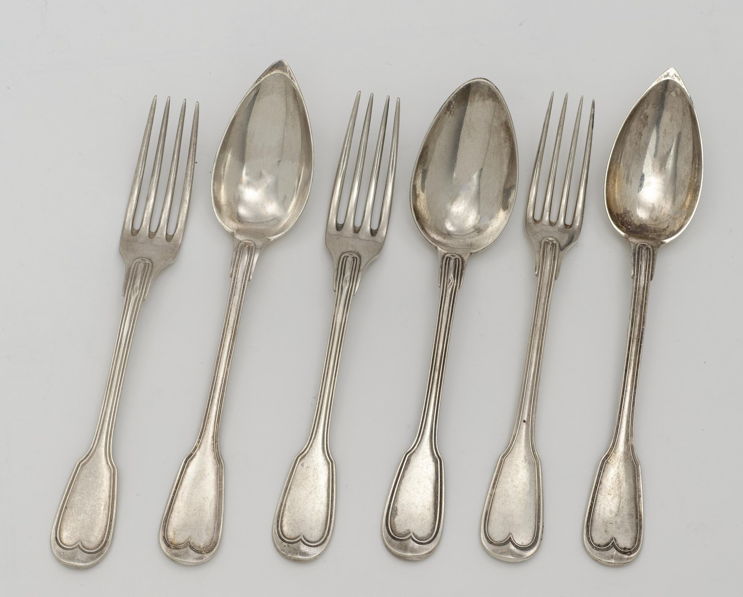 32 cutlery items