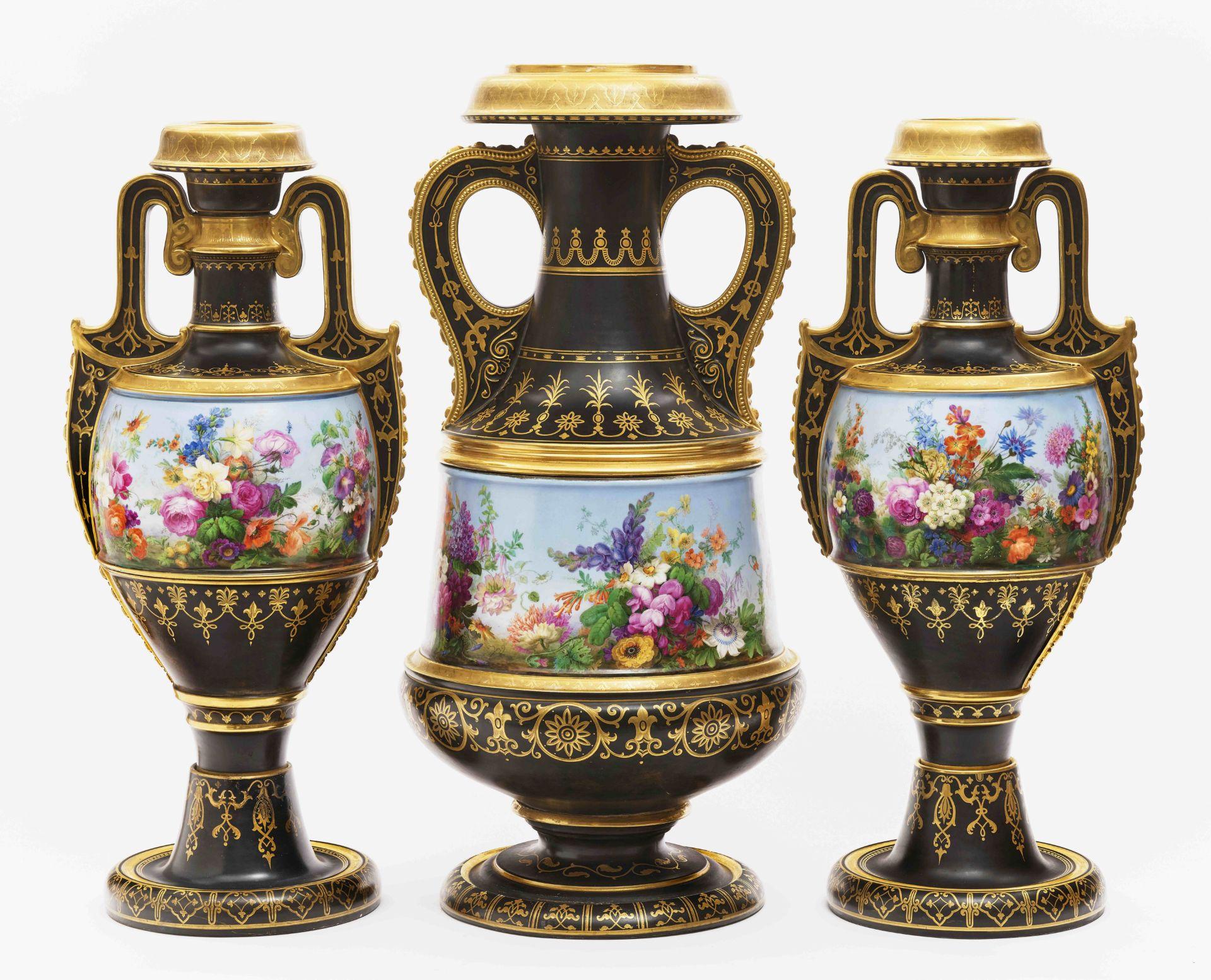 """Dreiteiliger """"Persischer"""" Vasensatz mit """"fleurs en terrasse""""-Dekor"""