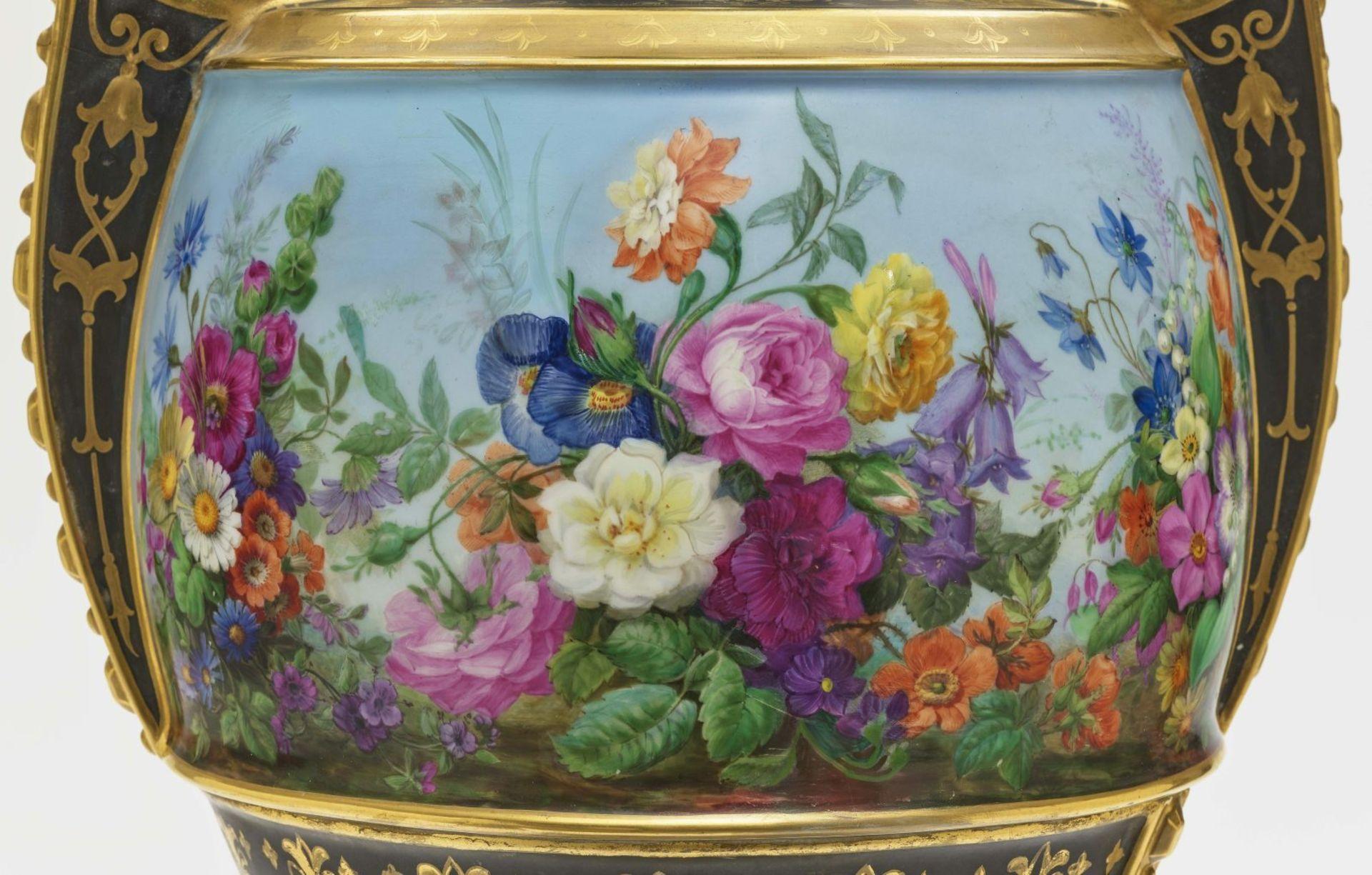 "Dreiteiliger ""Persischer"" Vasensatz mit ""fleurs en terrasse""-Dekor - Image 10 of 15"