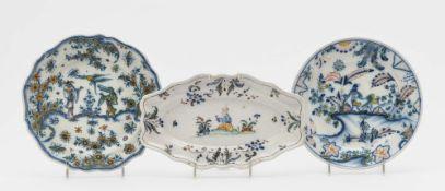 Ovale Schale und fünf Teller