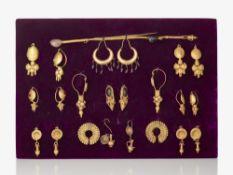 Elf Paar Ohrringe und drei Haarnadeln