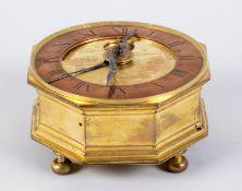 Horizontaluhr Hexagonales Gehäuse mit Vergoldung. Zifferblatt mit Tages- und Minutenanzeige. Kupfer-