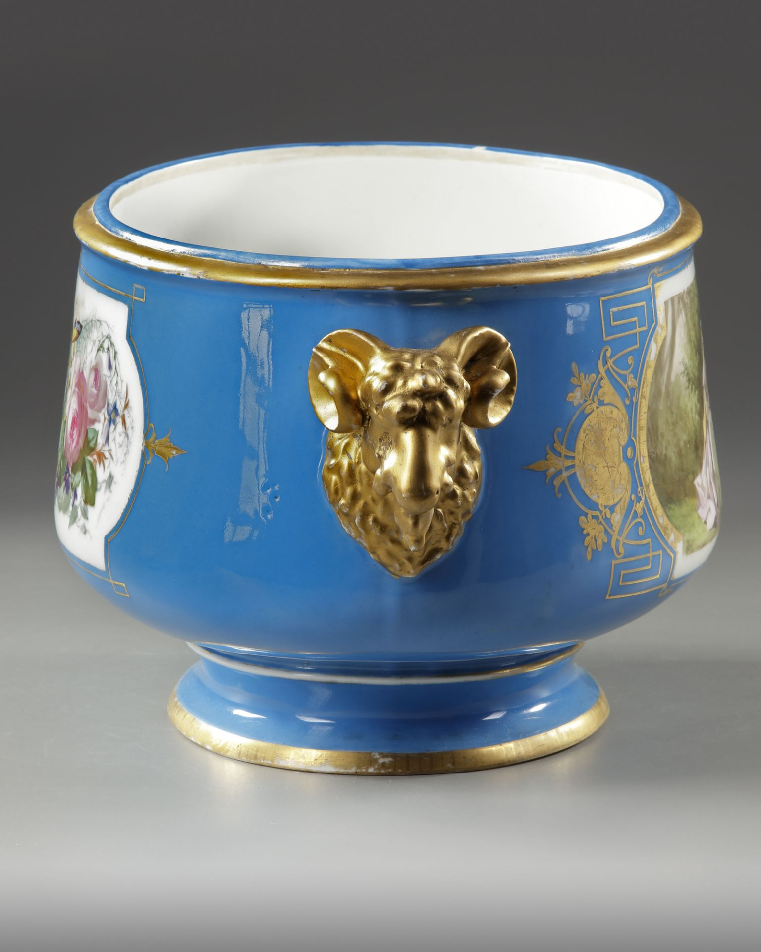 A FRENCH SEVRES PORCELAIN CUP, LATE 19TH CENTURY - Image 4 of 5