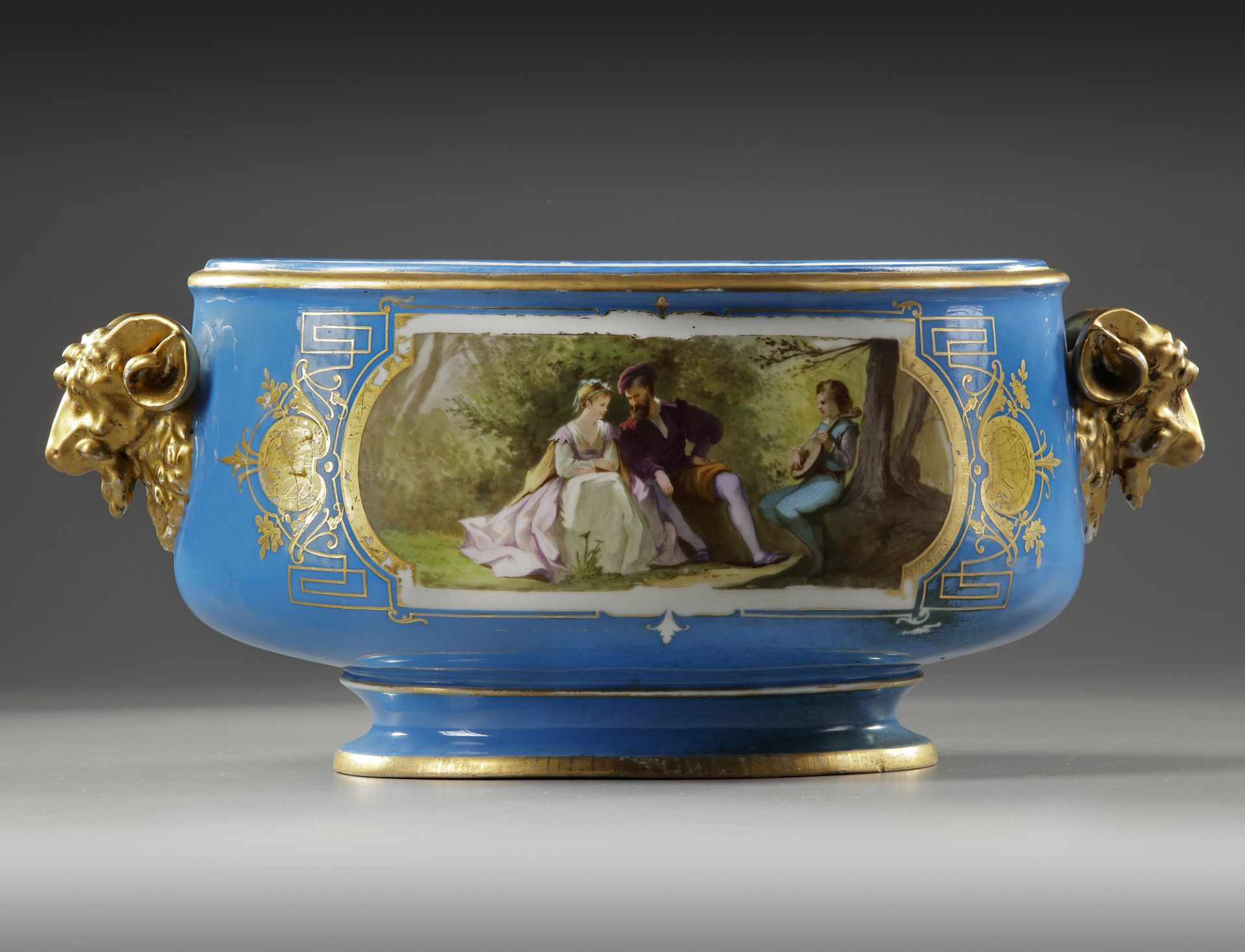 A FRENCH SEVRES PORCELAIN CUP, LATE 19TH CENTURY